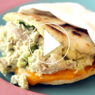 Video: Shredded chicken and avocado arepa (Reina Pepiada)